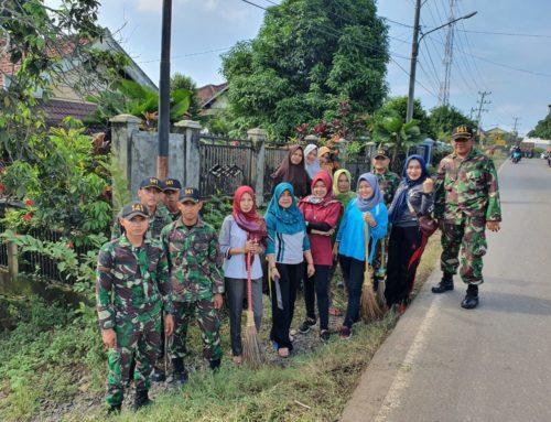 Masyarakat Desa Karang Raja Gotong Royong Bersih-bersih Pinggir Jalan