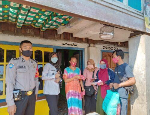 Tangkal Covid 19, Pemdes Karang Raja Bagikan Masker Door to Door