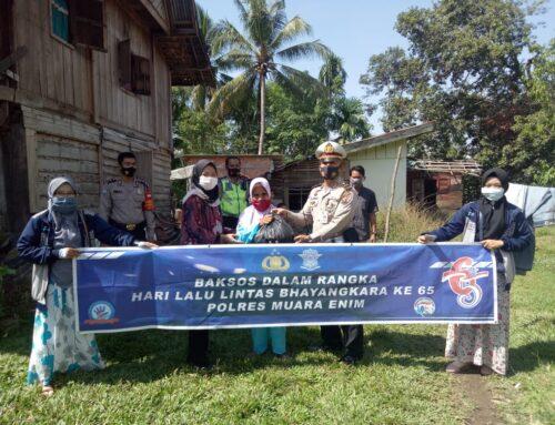 Memperingati Hari Bhayangkara, Satlantas Polres Muara Enim Membagikan Sembako di Desa Karang Raja